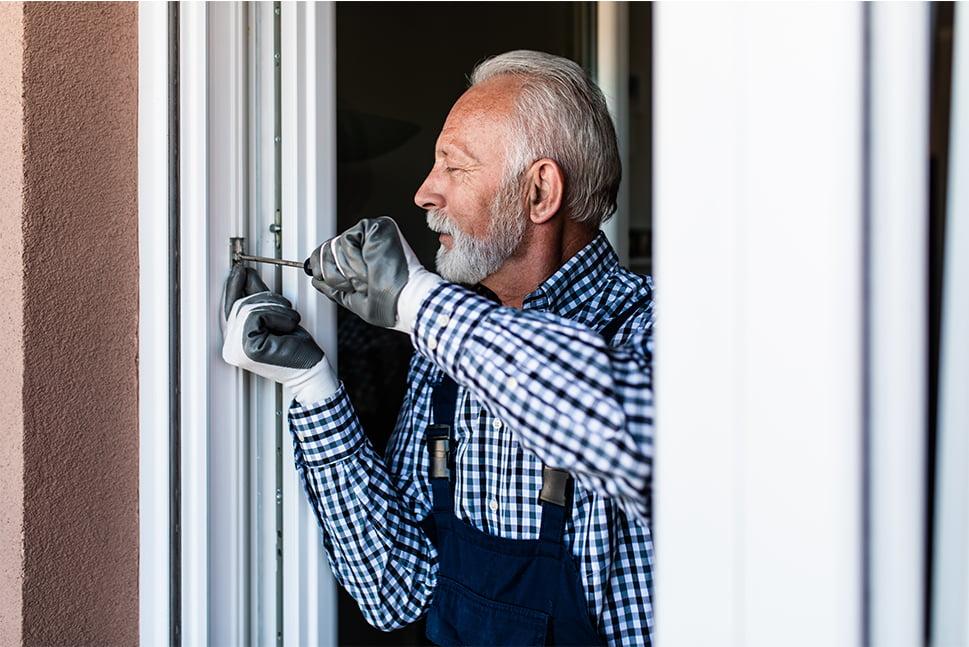 koncentreret senior reparerer dør
