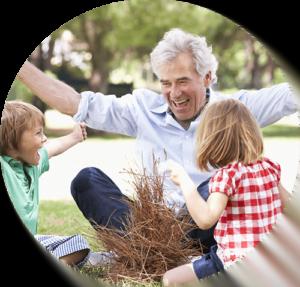 Glad bedstefar leger med børn