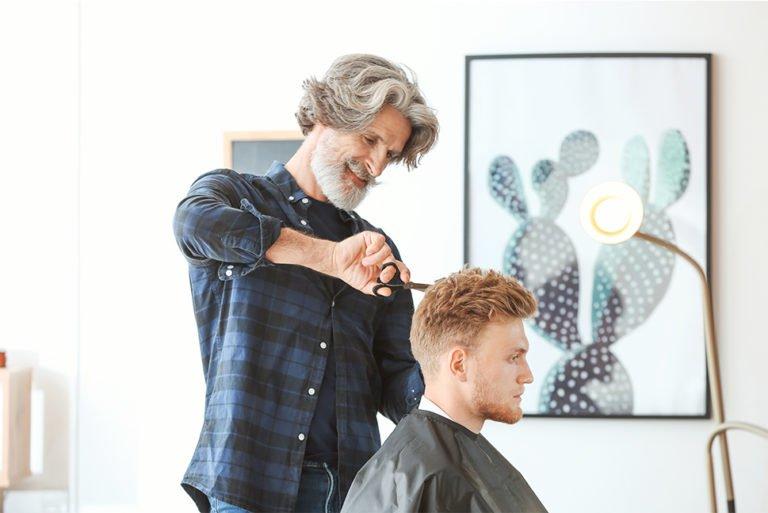 Senior frisør klipper mand