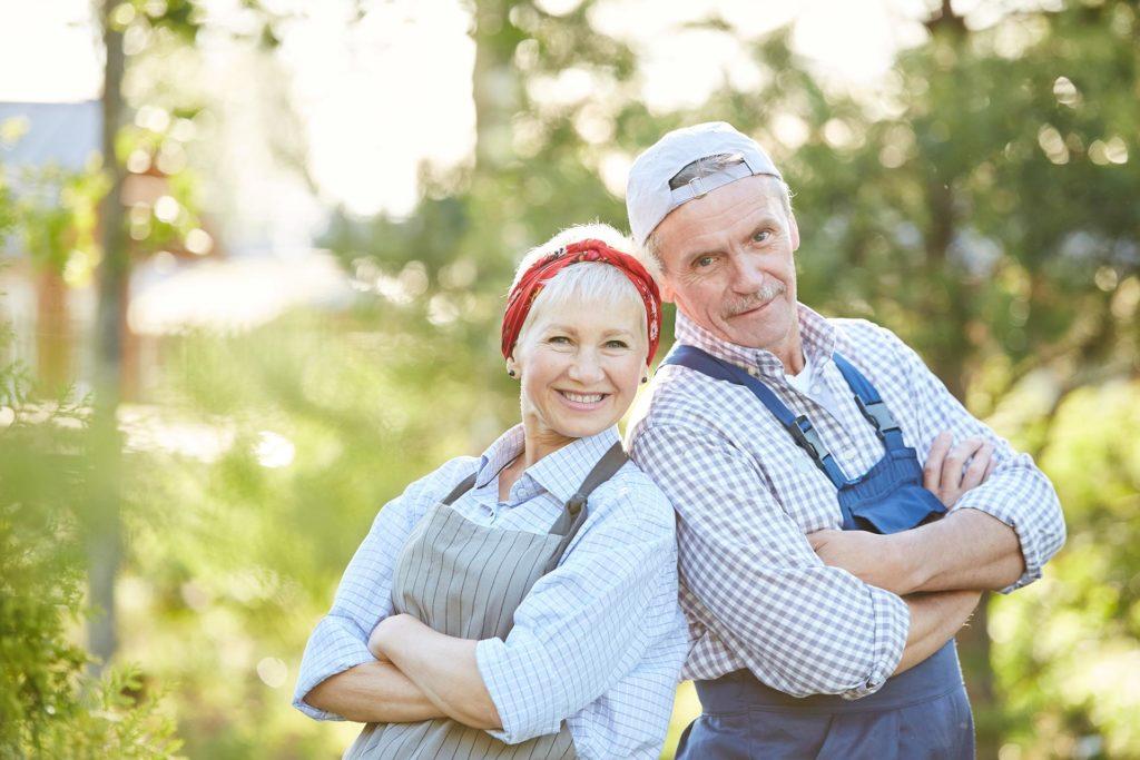 bedsteservice hjælp til hus og have, to glade seniorer