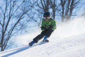 Dreng står på ski