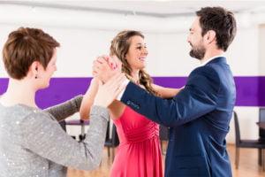 Par bliver undervist i dans af en senior