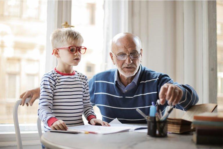 Koncentreret dreng får hjælp til lektierne af Bedste